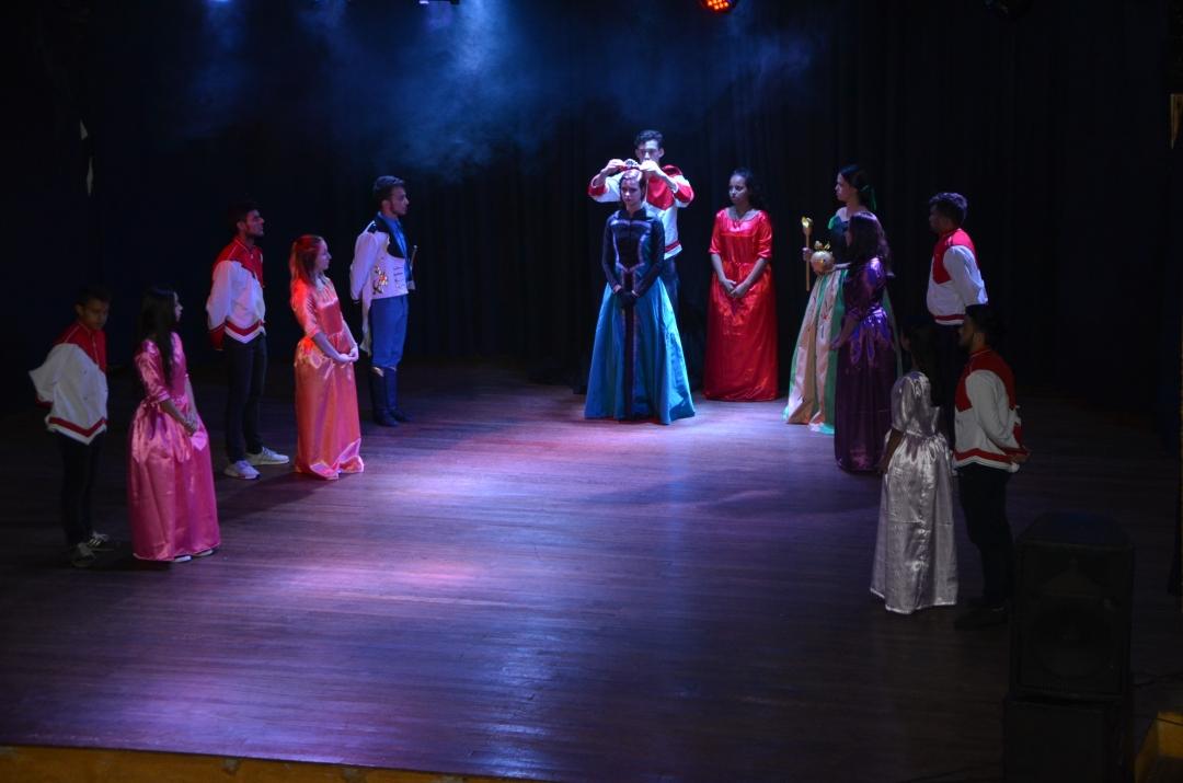 Espetáculo Frozen, dos alunos do ballet da Escola de Artes, encanta e lota duas sessões seguidas no Cine Teatro