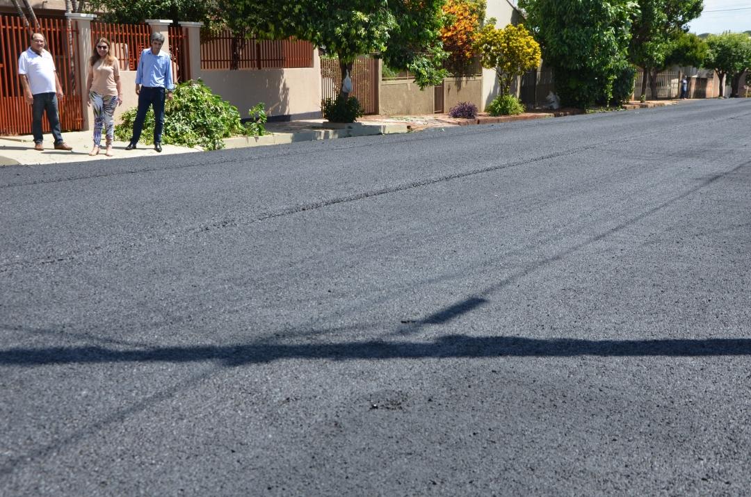 Prefeitura em Ação: Vila Sarmento, Timburi e rua Mato Grosso recebem obras de pavimentação