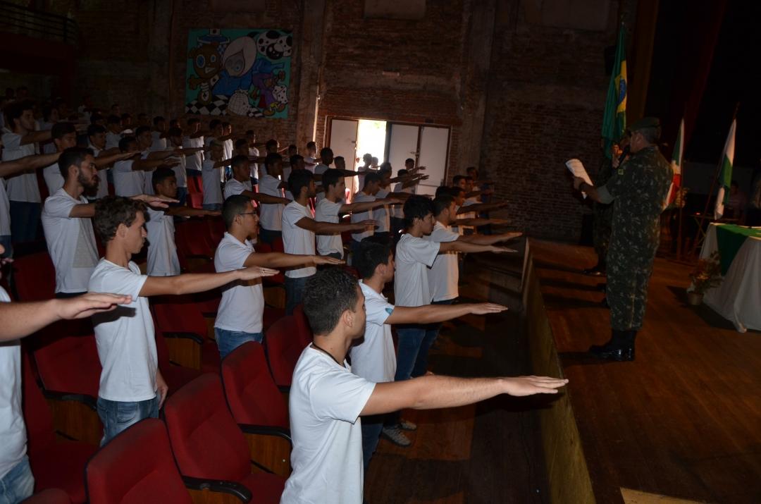 Em solenidade no Cine Teatro São Carlos, jovens recebem certificados de dispensa e juram fidelidade à Pátria