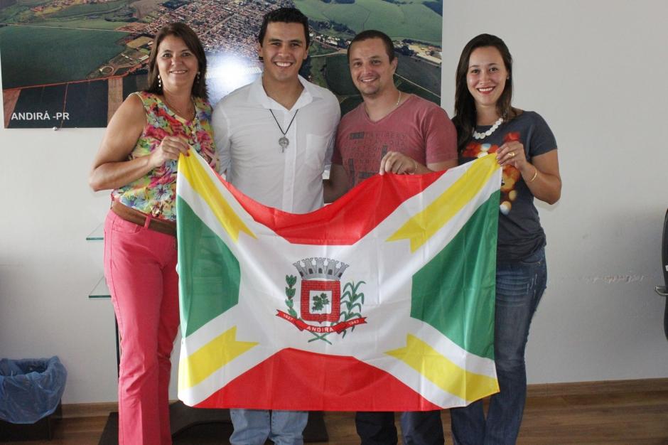 Diego Garcia visita Primeira – Dama e ganha Bandeira de Andirá