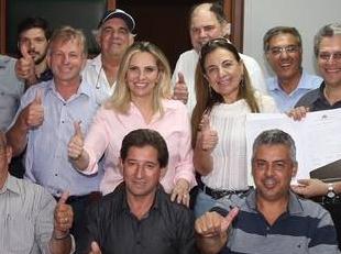 Prefeita Ione assina convênio de R$ 1 milhão para pavimentação do parque industrial