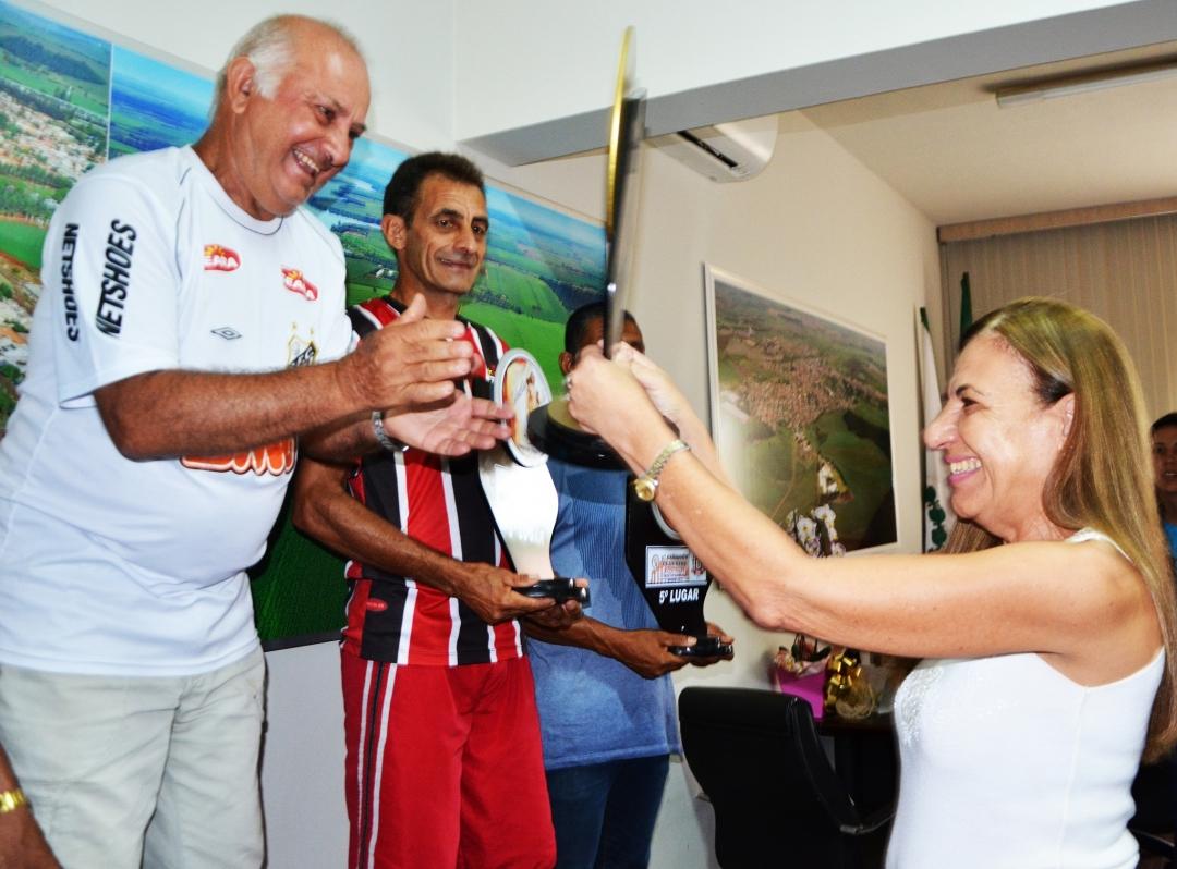 Prefeita premia Atletas vencedores da Iª Corrida de São Sebastião; solenidade foi no gabinete da Prefeitura
