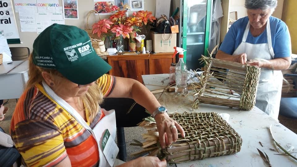 Cultura: Terminam, com sucesso, os cursos de artesanato em Palha de Milho - Flores e em Fibra de Bananeira, em Andirá