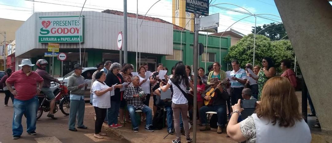 Coral do CCI finaliza mês do idoso com apresentação cultural em frente ao Cine Teatro São Carlos